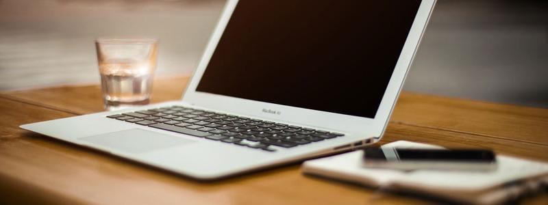 Mac Book auf Schreibtisch